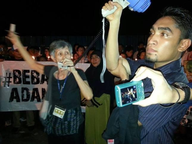 Khalid Ismath (Syiah) di Candlelight Vigil, perhatikan juga wanita di belakang berjubah hijau dan tudung labuh hitam