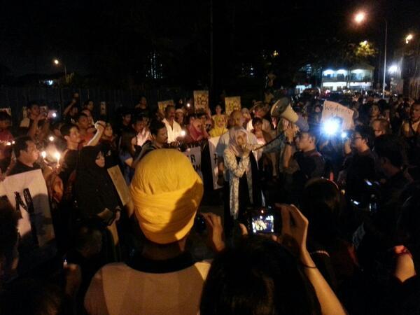 Nurul Izzah memberi ucapan di Candlelight Vigil untuk Adam Adli