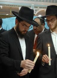 Yahudi melakukan Candlelight Vigil